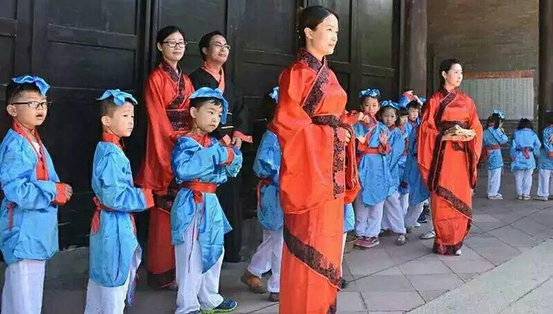 """活动当天小朋友要穿上红色旗袍园服,老师身穿旗袍""""开笔礼""""的开始!"""