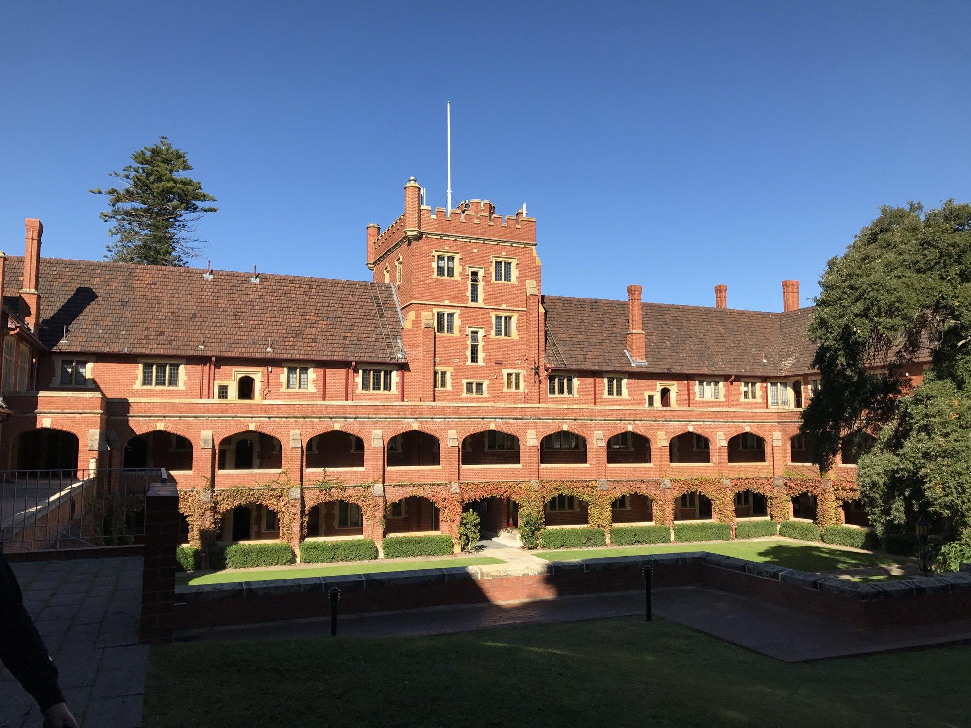 本院坐落于西澳大学对面位于天鹅河与国王公园之间.